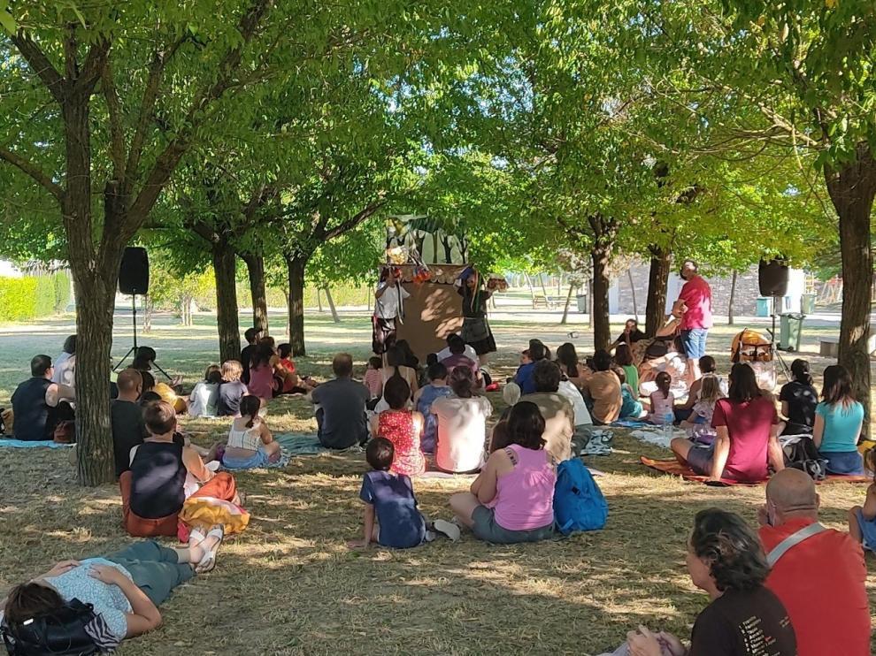 Público en el parque nabateros durante una de las actuaciones en el Festival Castillo de Aínsa