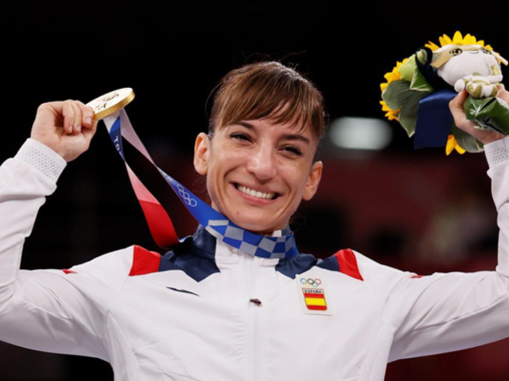 Sandra Sánchez, en el podio tras ganar el oro olímpico en la modalidad de kata femenino.