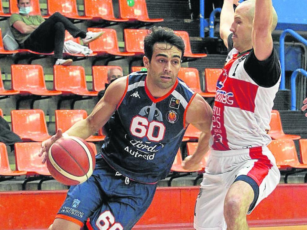Alonso, ante Mackenzie en el partido entre Burgos y Levitec jugado en Burgos