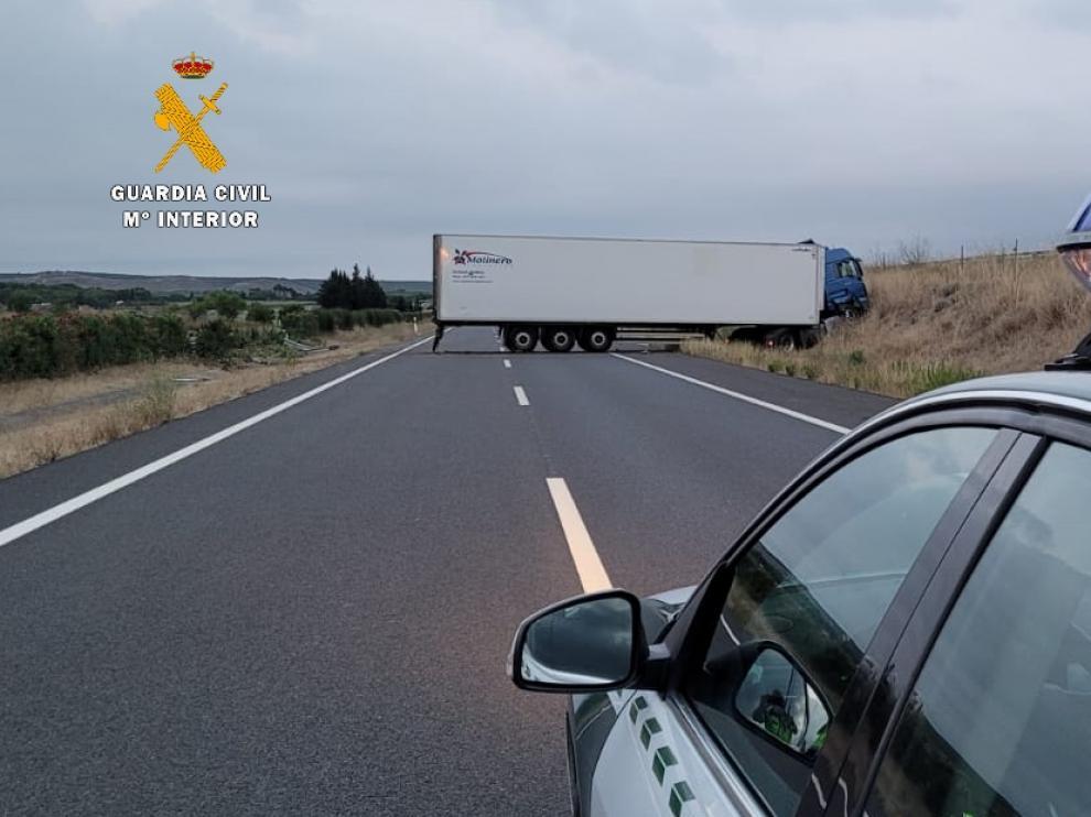 Camión cruzado en la A-23, a la altura de Almudévar