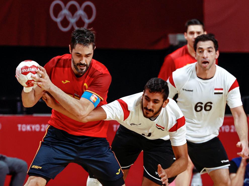 El español Raú Entrerríos (i) disputa el balón ante el egipcio Yahia Omar (c)