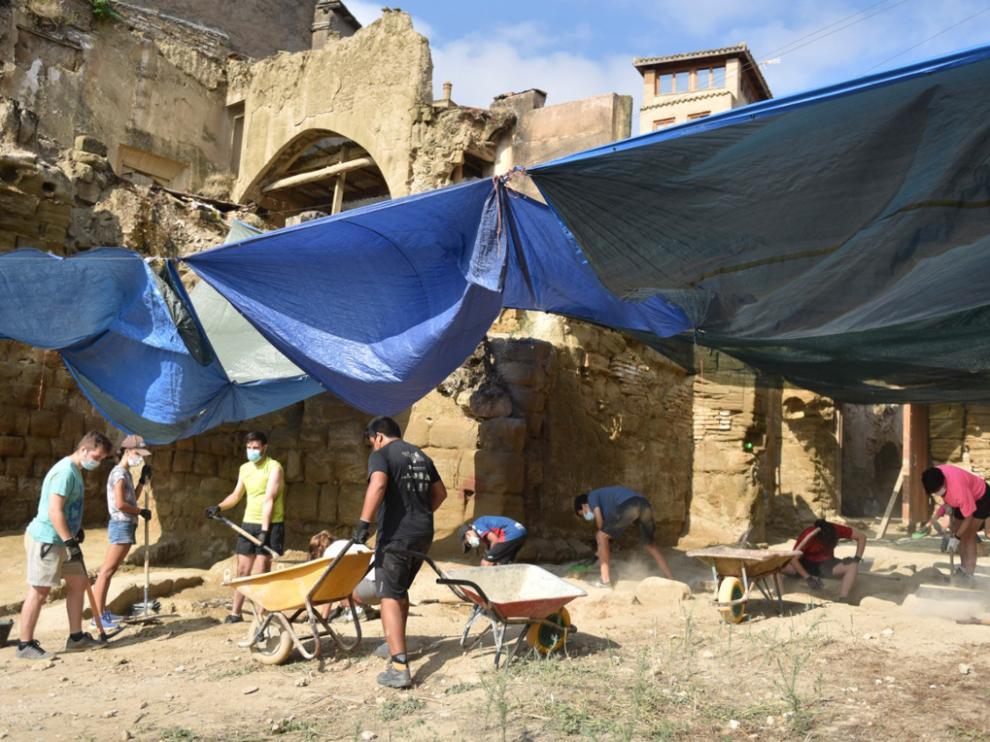 Jóvenes de un campo de trabajo impulsado por la Diócesis excavan en el entorno de la catedral de Huesca, donde se han hallado restos romanos, andalusíes y medievales