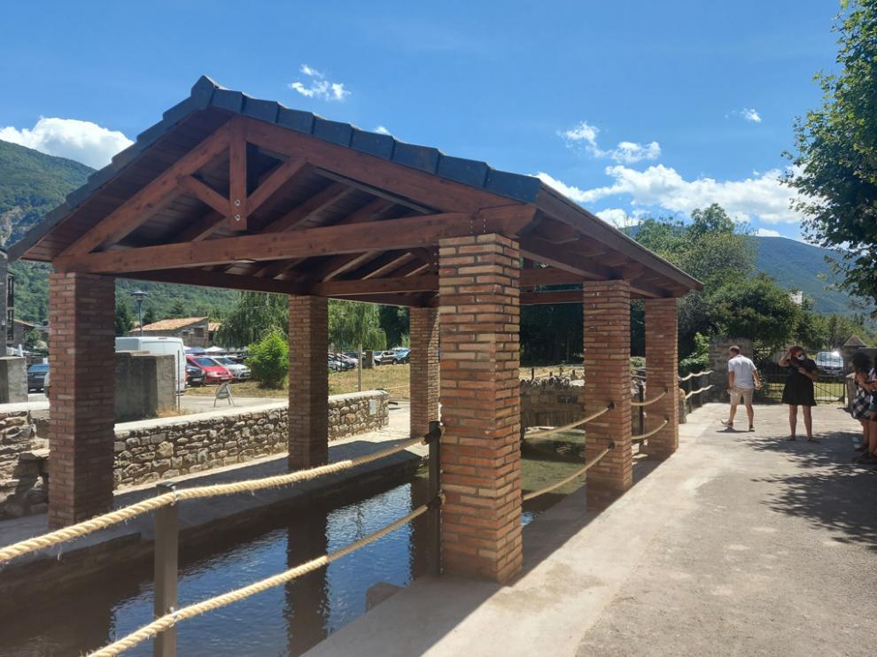 Lavadero recuperado en Biescas con su estructura de madera