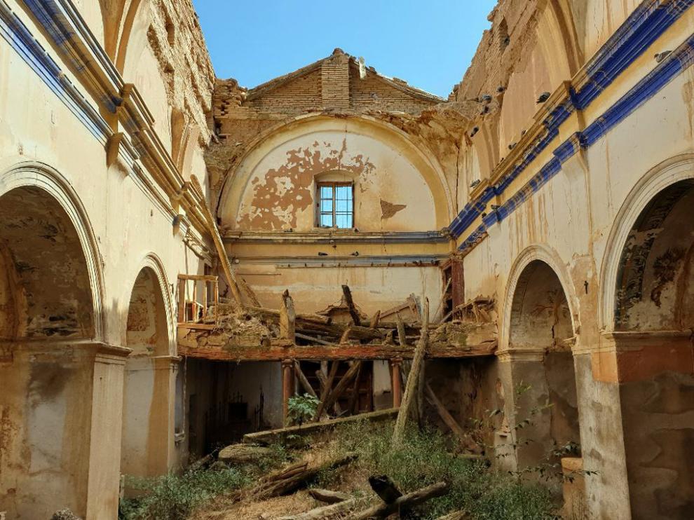 Aspecto que presenta el interior de la iglesia de Puibolea con la cubierta derruida.
