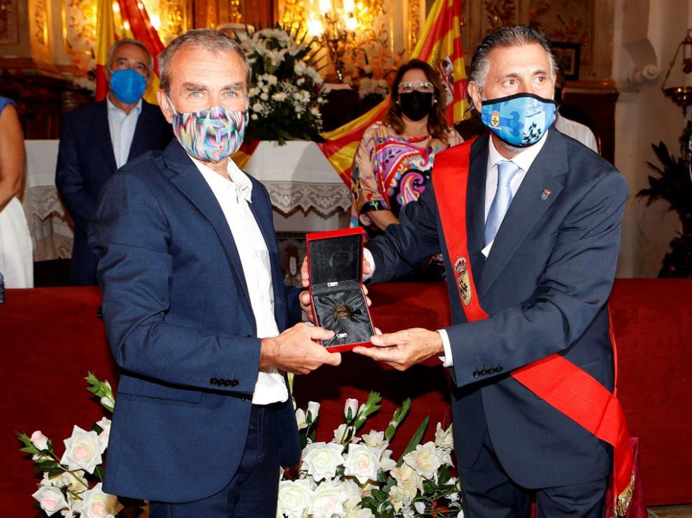 Fernando Simón, recibe la medalla de oro de Villafeliche de manos de su alcalde, Agustín Caro.