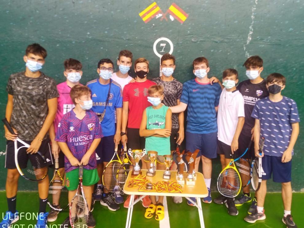 Foto de familia de los premiados en el torneo de minifrontenis.