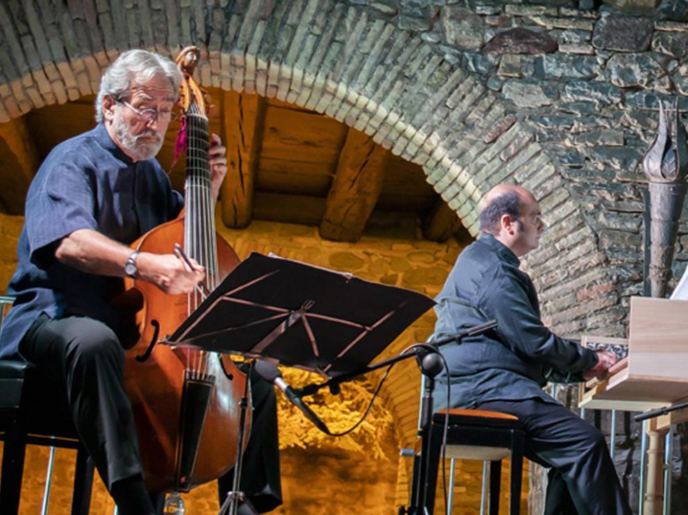 Jordi Savall, a la izquierda, en el concierto en el Polvorín de la Ciudadela de Jaca.