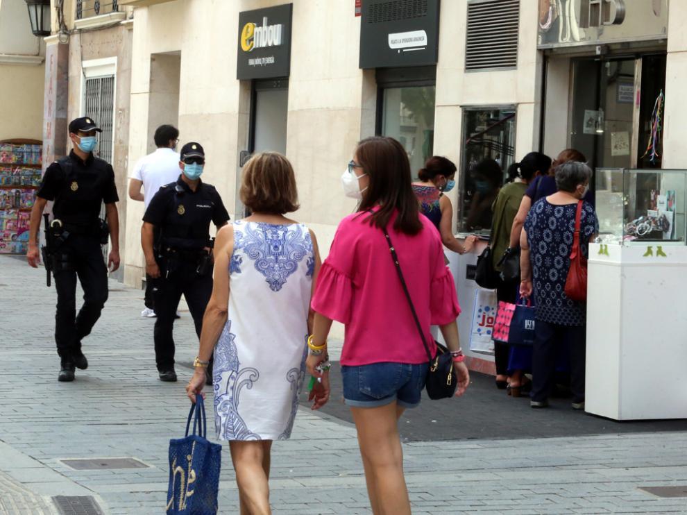 Patrullaje de agentes, el sábado por la tarde, en el centro de Huesca.