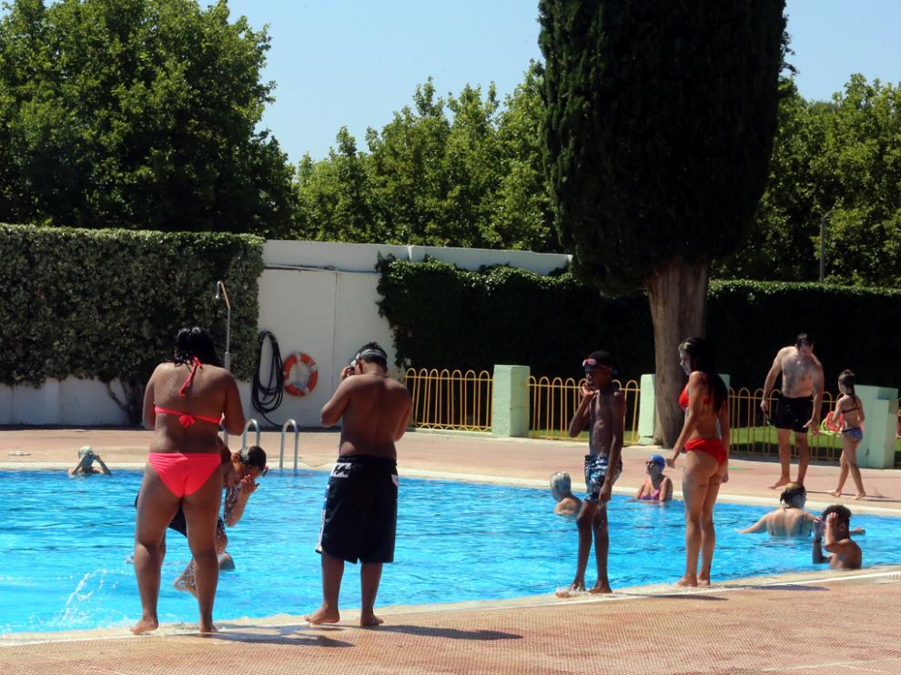 Usuarios bañándose en las piscinas del Complejo Deportivo de San Jorge.