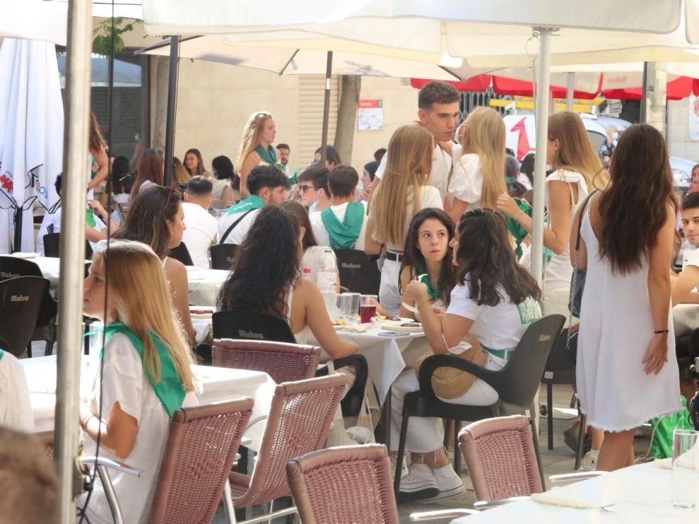 Almuerzos laurentinos, este lunes, en el centro de Huesca.