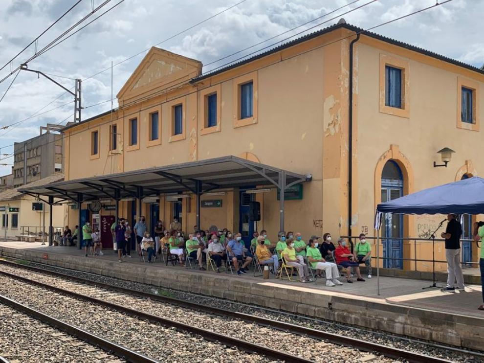 Charla que impartió ayer José Antonio Adell, en el andén de la estación de tren de Monzón.