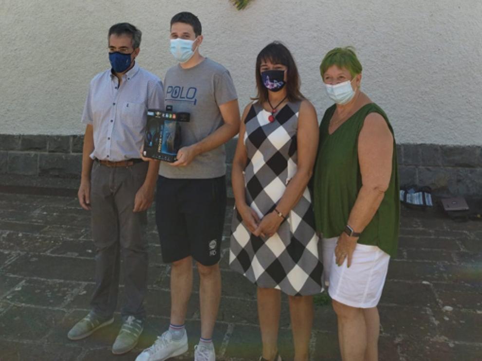 Guzmán Barrio, el premiado con los auriculares Fran Soguero, Nuria Pargada y Lyn Briggs, el pasado viernes