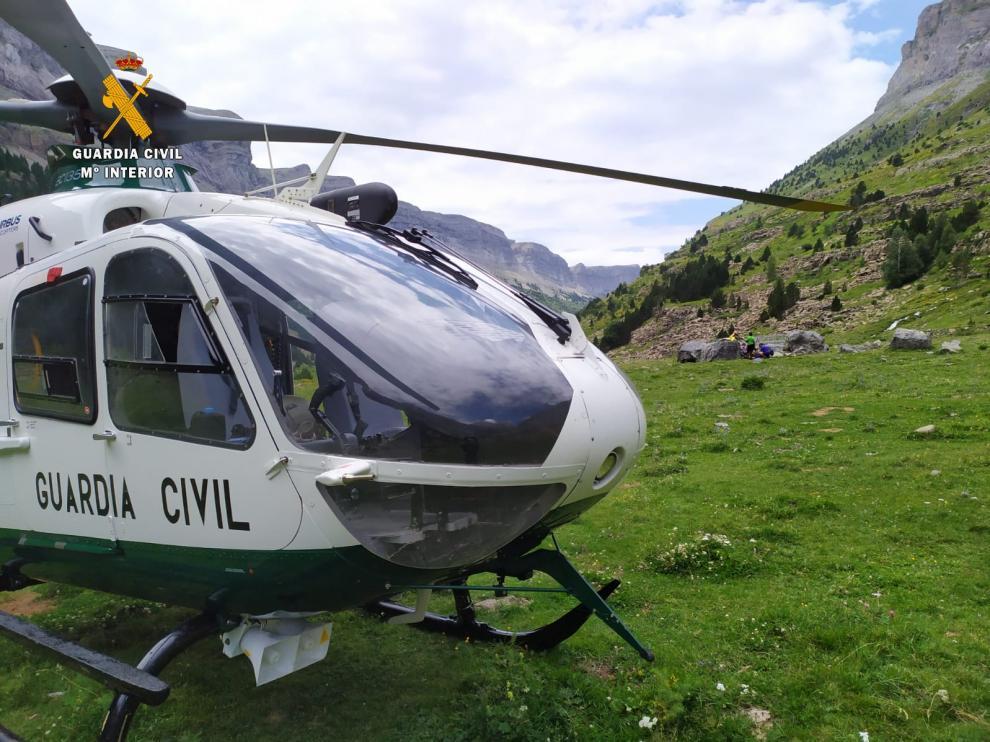 Helicóptero de la Guardia Civil durante un rescate en la provincia.