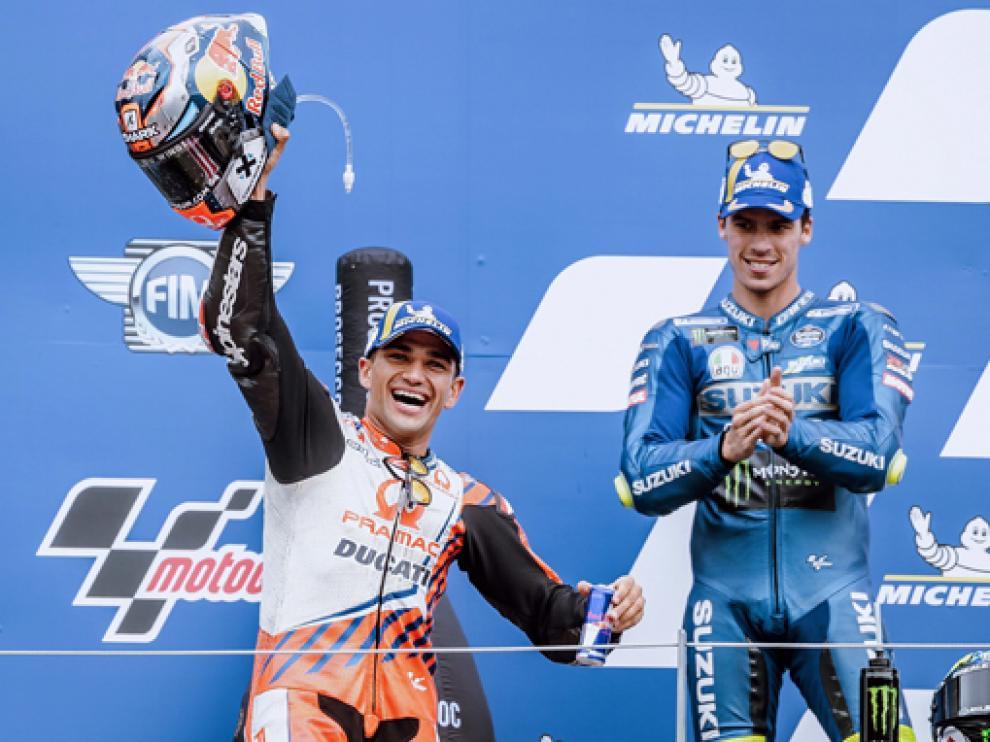 Jorge Martín celebra su primera victoria en MotoGP, con Joan Mir aplaundiéndole desde el podio.