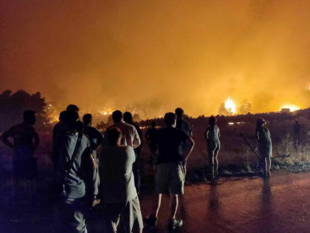 Residentes de la isla de Eubea observan el avance de las llamas.