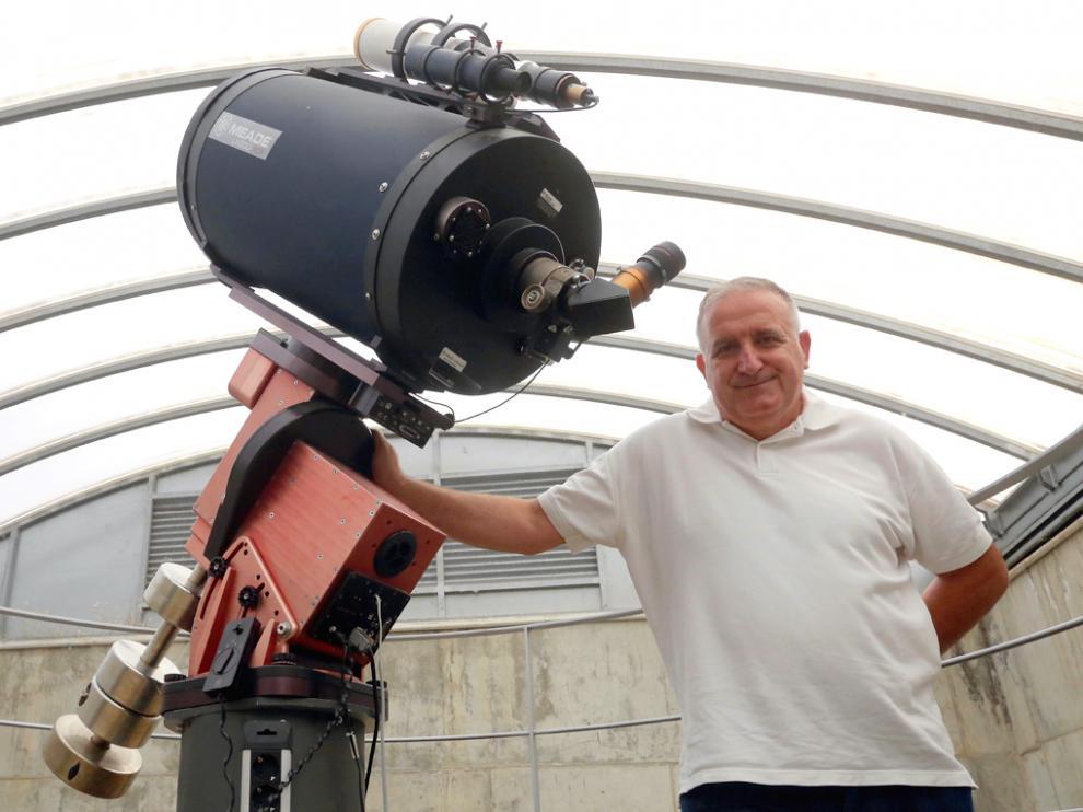 Alberto Solanes junto a un telescopio del Planetario de Aragón en Huesca