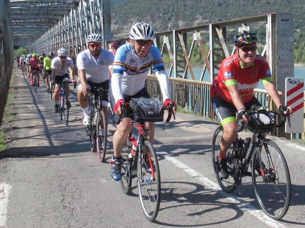 Ciclistas cruzando el pantano de La Peña en la brevet Jaca-Manresa del pasado 10 de julio