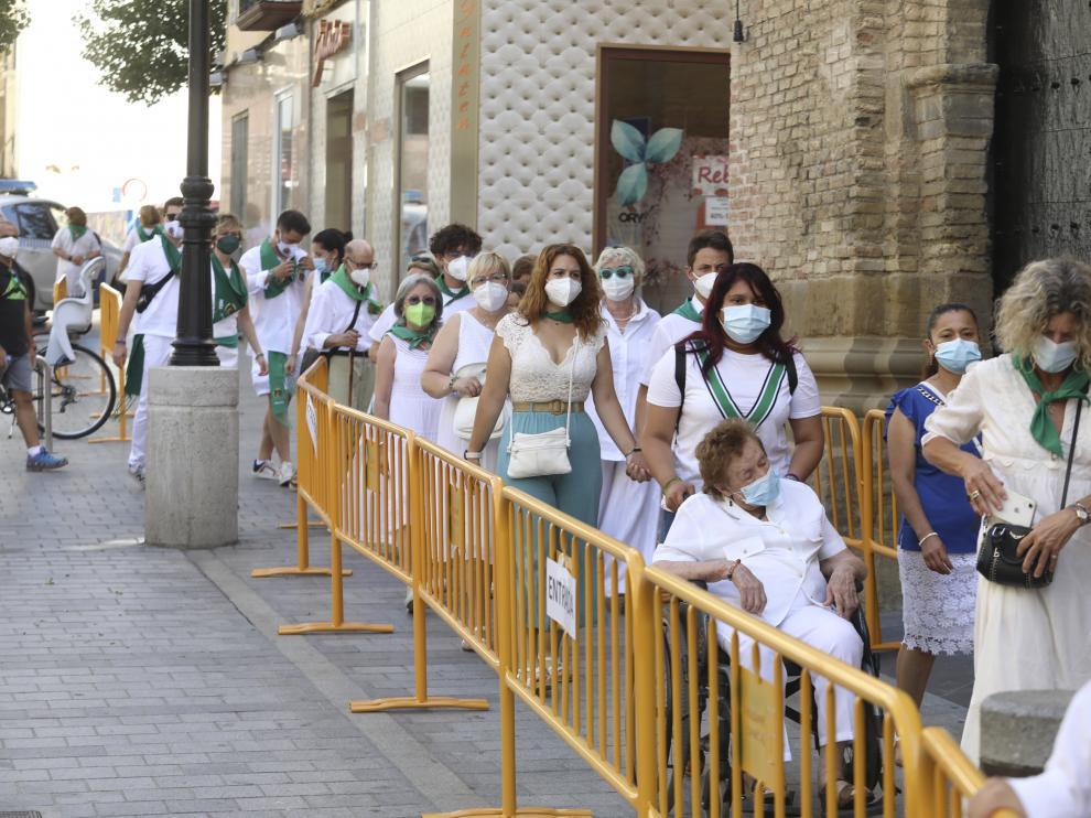 Multitud de oscenses han acudido a una basílica de San Lorenzo vallada.