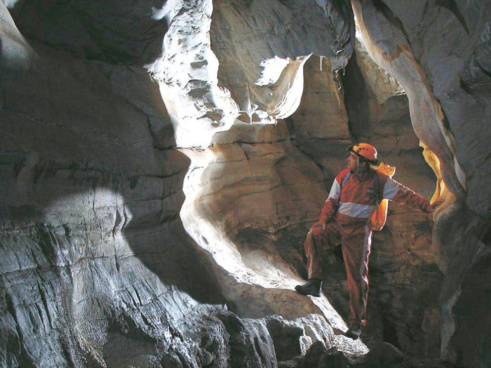 Un espeleólogo en la galería del primer tramo de la cueva de Peña Blanca