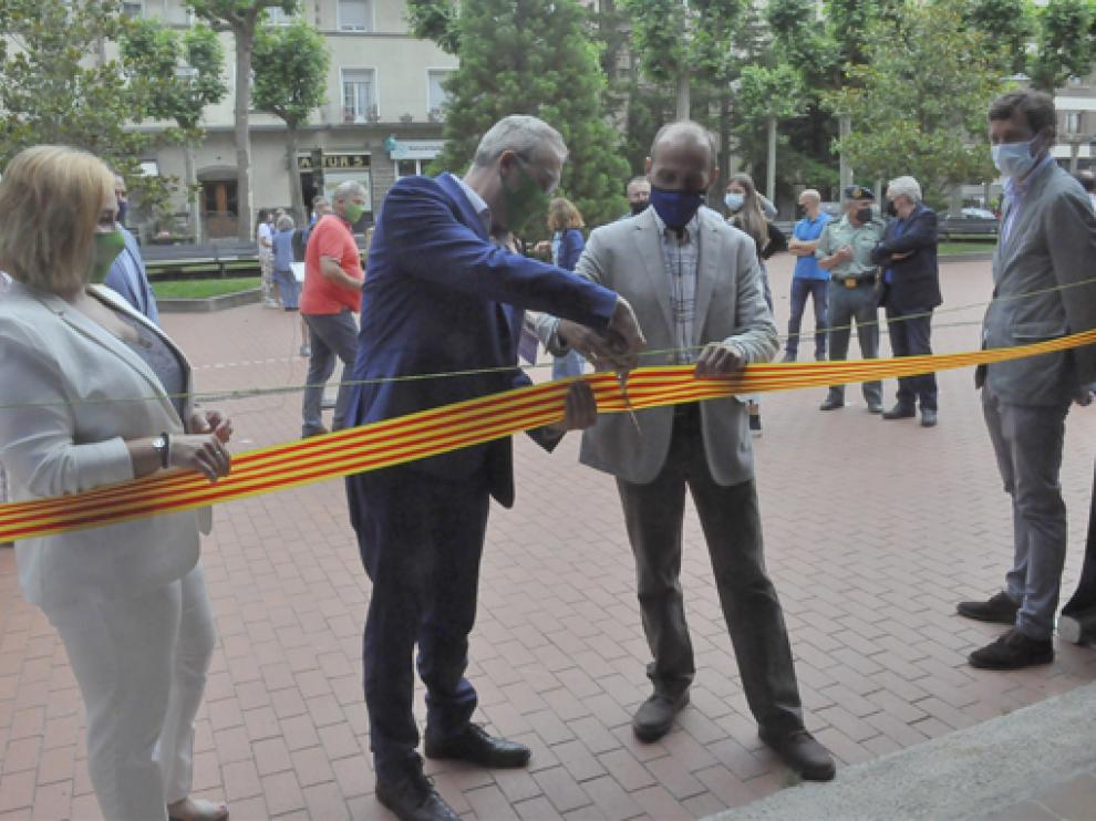 Ayora, a la derecha, durante la reciente inauguración de la oficina de la montaña en Jaca.