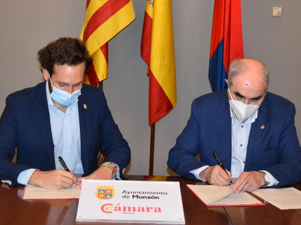Isaac Claver junto a Manuel Rodríguez Chesa durante la firma de renovación del convenio.