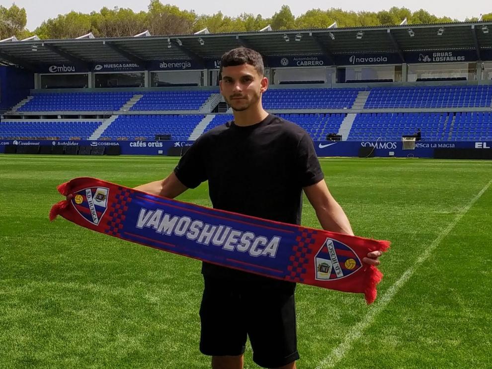 Florian Miguel ha sido presentado como futbolista del Huesca.