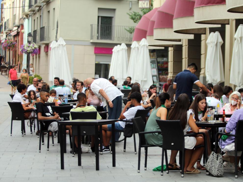Terraza de los Porches de Galicia durante esta semana con todas las mesas ocupadas.
