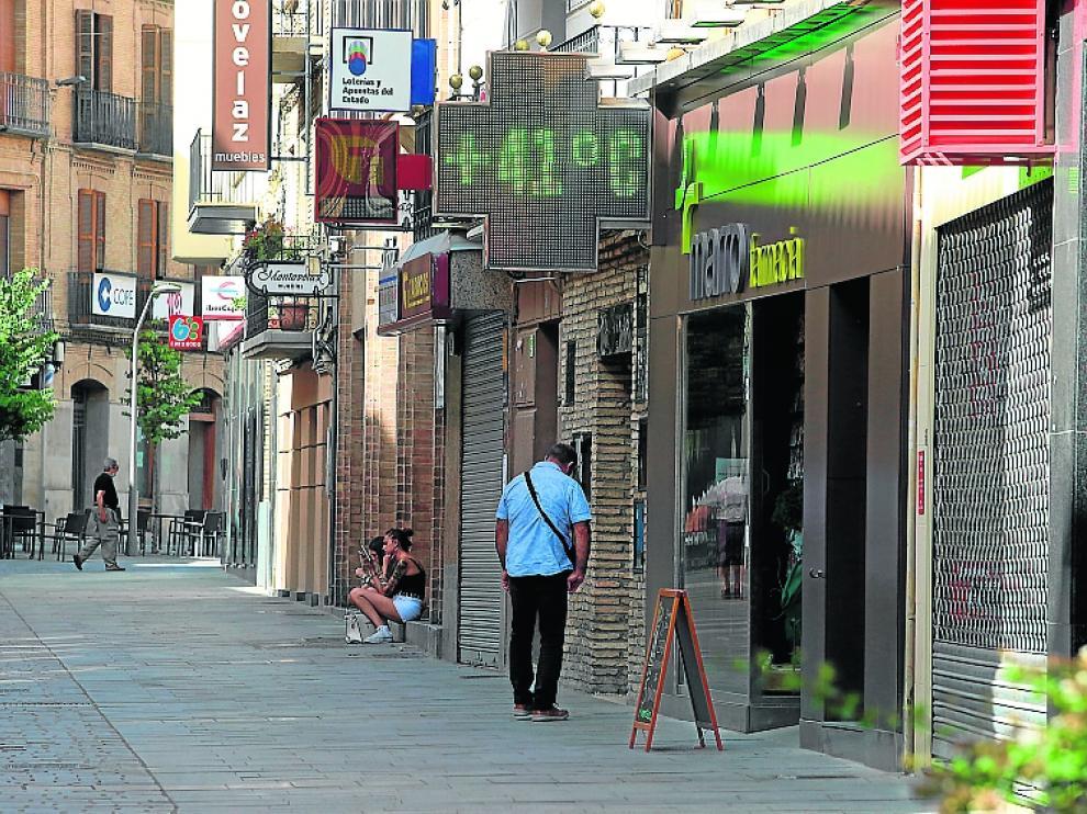 Uno de los termómetros de la ciudad refleja las altas temperaturas que se han alcanzado en la primera hora de la tarde.