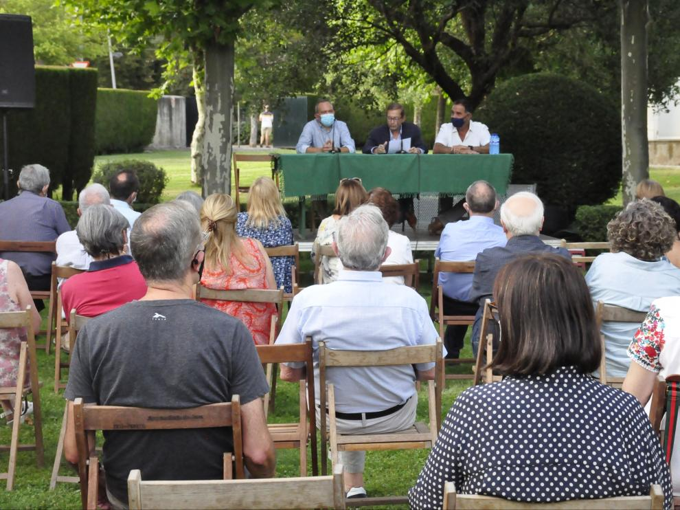 Asistentes al pregón de José Luis Melero, que estuvo acompañado por Javier Acín y Domingo Poveda.