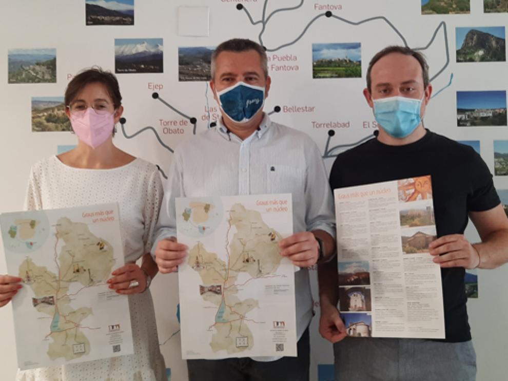 Beatriz Cosculluela, Julián del Castillo y José Manuel Betato con tres ejemplares del folleto.