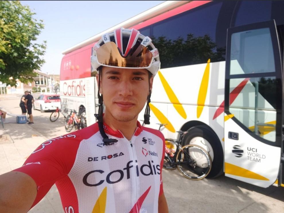 Fernando Barceló, con el autobús del Cofidis, en estos días previos a la Vuelta.