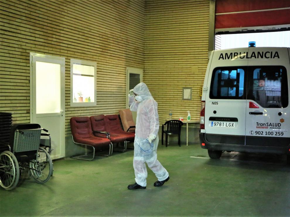 Sanitario protegido contra la covid-19 entra a un centro hospitalario durante la tercera ola epidémica del pasado otoño de 2020.
