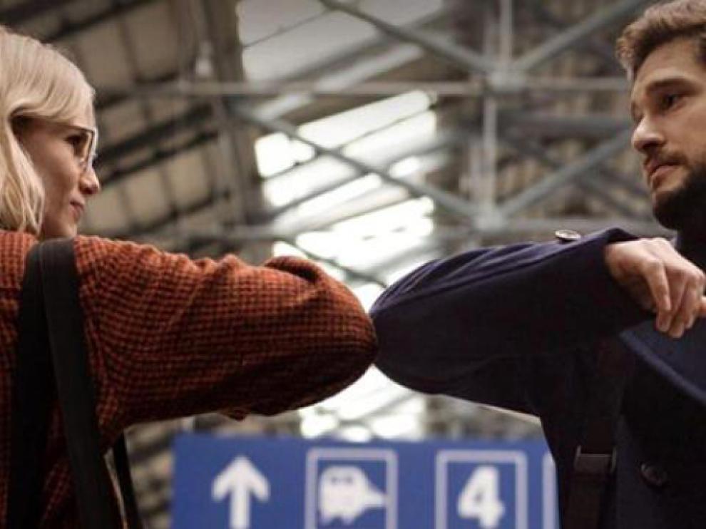 Lucy Boynton y Kit Harington, en un capítulo de la serie.