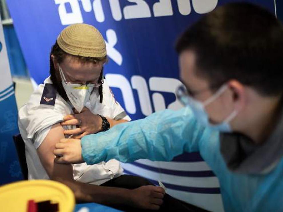 Un hombre es vacunado en Israel