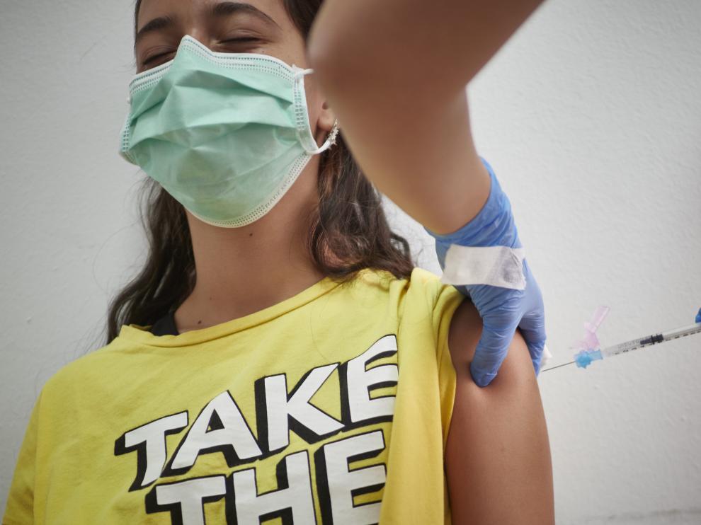 Un joven recibe una de las dosis de la vacuna.