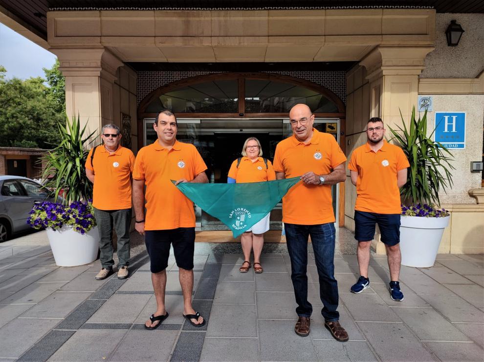 El equipo de L'Aurora Estadilla, con una pañoleta de las Fiestas de San Lorenzo de la localidad.