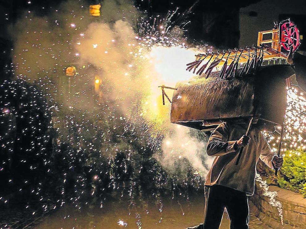 El toro de fuego es un acto tradicional de las fiestas de Biescas