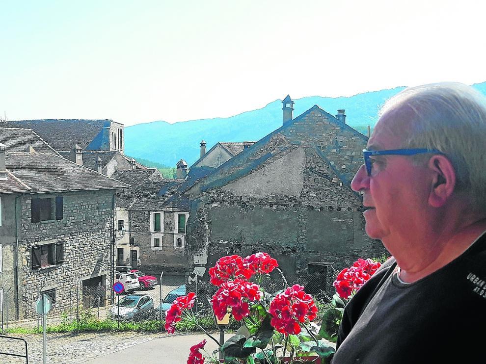 Pepe Lera, este mes de agosto, contempla algunas calles del centro del municipio de Hecho.