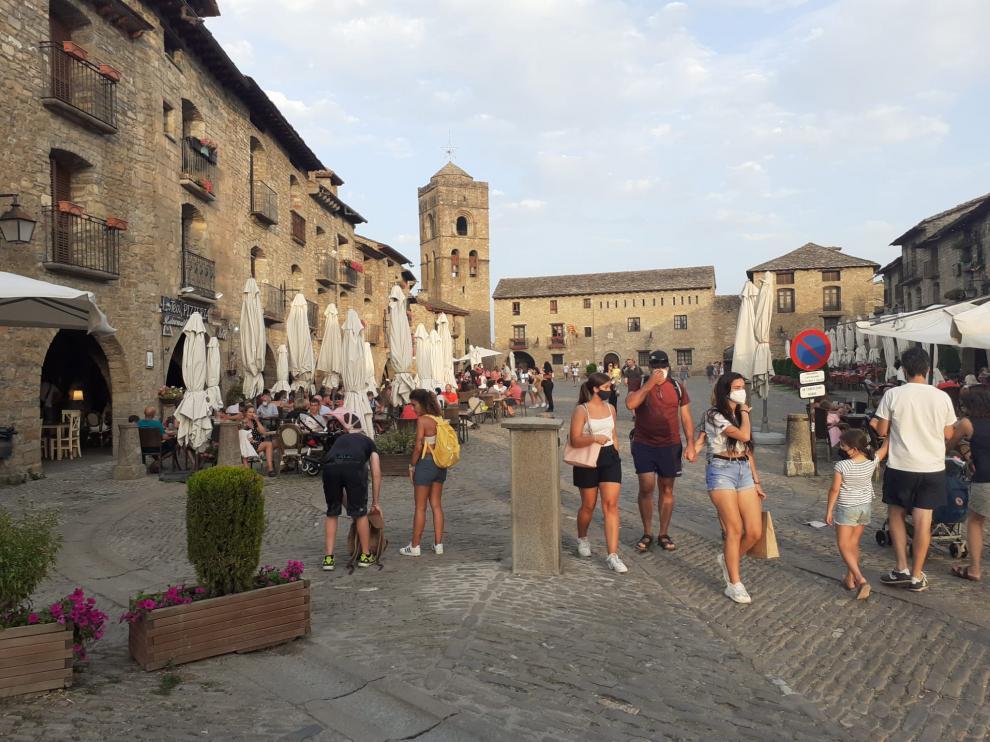 La plaza Mayor de Aínsa, durante la tarde de este sábado.