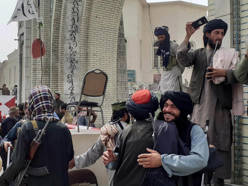 Dos hombres celebran la entrada en Kabul del ejército talibán tras varias semanas de ofensiva.