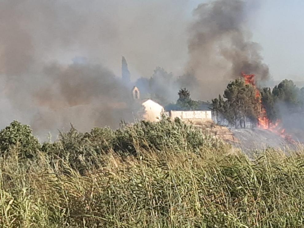 Las llamas se han originado en el entorno de la ermita de Santiago.
