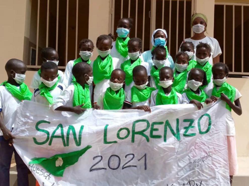 Niños y personal de maternidad en el Centro de Salud Keur Madou Khary felicitando las fiestas de San Lorenzo.