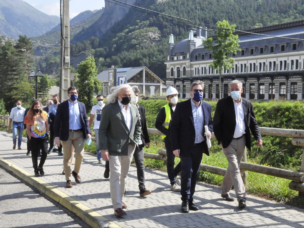 Rafael Asuar camina junto al consejero José Luis Soro, el día 28 de julio, con la Estación Internacional de Canfranc de fondo.
