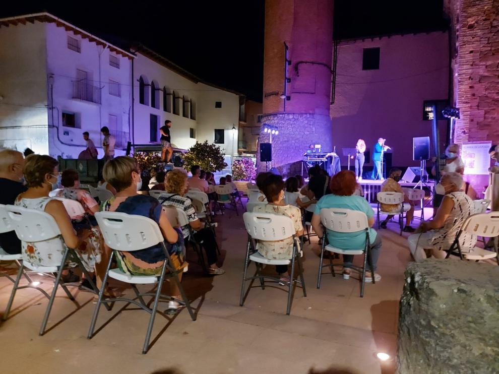 Vecinos de La Puebla de Castro durante uno de los actos de este verano.