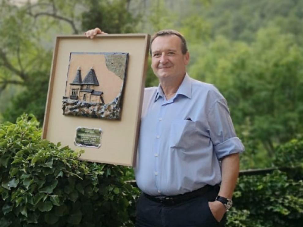 Ángel Gayúbar muestra el premio.