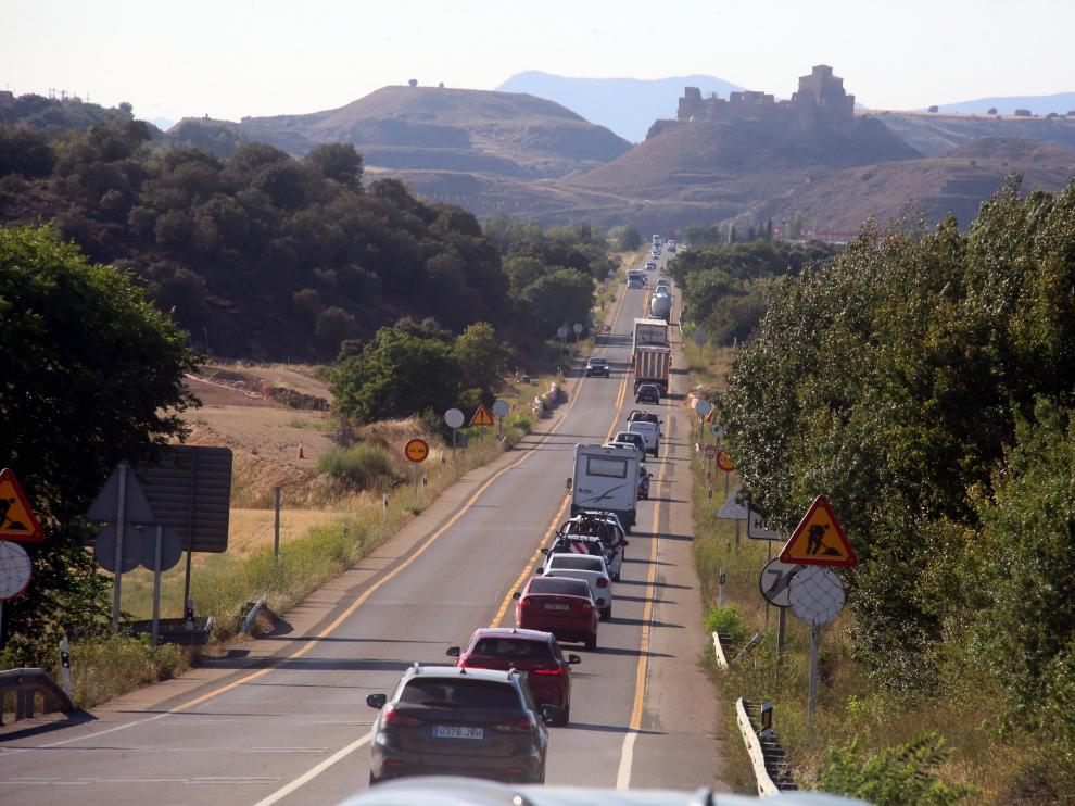 El tráfico abundante circula con fluidez en una de las entradas a la capital oscense durante la jornada de ayer.