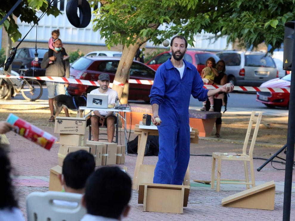 El público ha disfrutado de un espectáculo de malabares en el parque Rafael Andolz.
