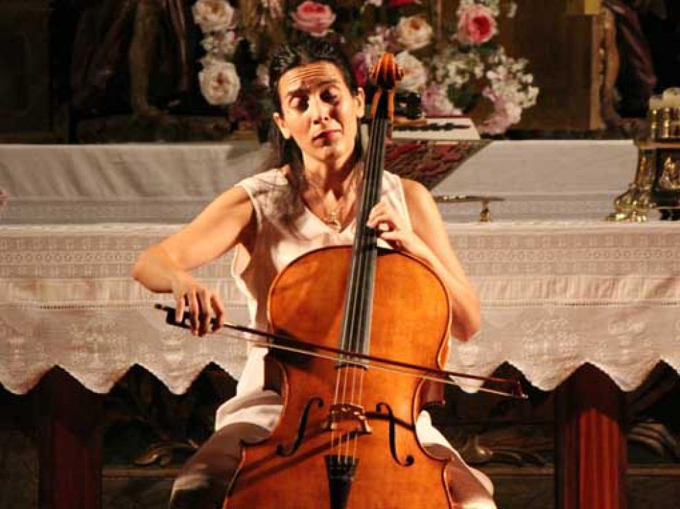 La violonchelista Iris Azquinezer creó un ambiente mágico donde la música fue la protagonista.