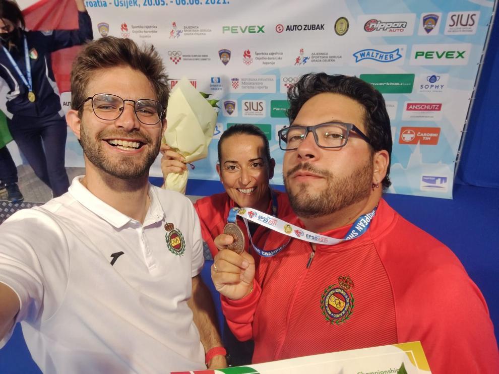 Marco Escribano junto a Alberto Fernández y Fátima Gálvez.