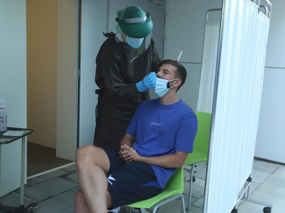Realización de una prueba PCR a un joven en un centro de salud de Huesca capital.